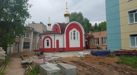 24 мая 2016 года.  Начались работы по благоустройству территории вокруг больничного храма